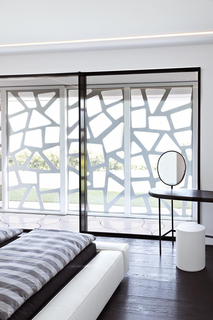 Clona, která stíní spodní podlaží, se skládá z2,5m dlouhých posuvných panelů. Lze je roztáhnout azasunout dobočních stěn tak, aby iložnice měly nerušený výhled.