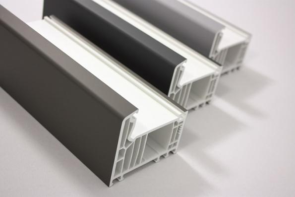 Máte moderní barevnou fasádu, do které by ideálně pasovala okna vjiném než tradičně bílém provedení? Pak má VEKA, výrobce plastových okenních a dveřních profilů nejvyšší třídy A, ideální řešení, které nese název VEKA SPECTRAL. Díky této technologii povrchové úpravy získá plastový povrch okna zvýšenou odolnost vůči poškrábání i vlivům počasí, schopnost odpuzovat nečistoty, a především elegantní matný vzhled.