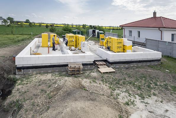 Postavit dům je životní krok, který je velmi zodpovědný. Zároveň ale nemusí být vůbec těžké jej udělat, pokud zvolíte správný směr. Jedním z nich je jednovrstvé řešení, doplněné masivní střechou. Jako jediný toto ucelené řešení na našem trhu nabízí stavební systém Ytong.(Zdroj: Xella CZ)
