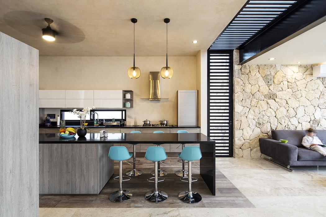 Nakuchyň navazuje speciální místnost pro sledování televize, rovněž propojená prosklenou stěnou se zahradou. Vestěně avestropě mezi kuchyní apokojem jsou zabudovány prosklené plochy spevnými žaluziemi zkovových profilů, které fungují jako slunolamy.