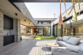 Atrium sfunkcí venkovního obývacího pokoje je magnetem, který přitahuje všechny obyvatele domu, ať pobývají vkterékoliv místnosti.