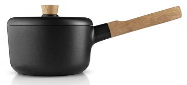 8.Nádobí zkolekce Nordic Kitchen (Eva Solo), Tools Design, dubové dřevo/hliník/nepřilnavý povrch, cena od2619Kč, www.elarte.cz