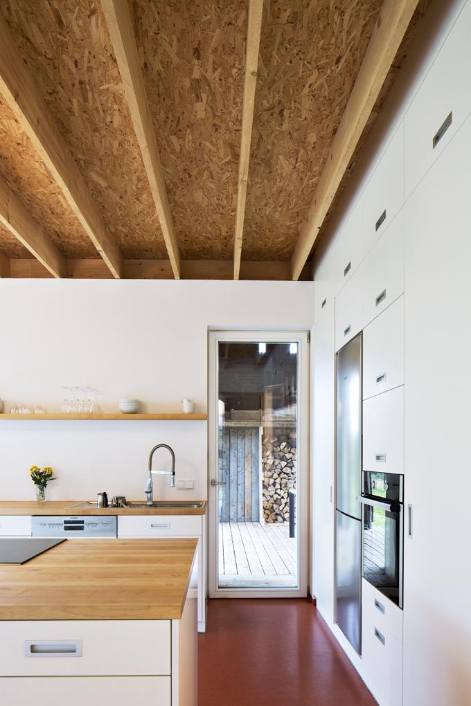 Kuchyň je zcela přirozeně anenásilně propojena skrytou terasou vestodole. Stolování načerstvém vzduchu je tedy možné vpodstatě kdykoli.