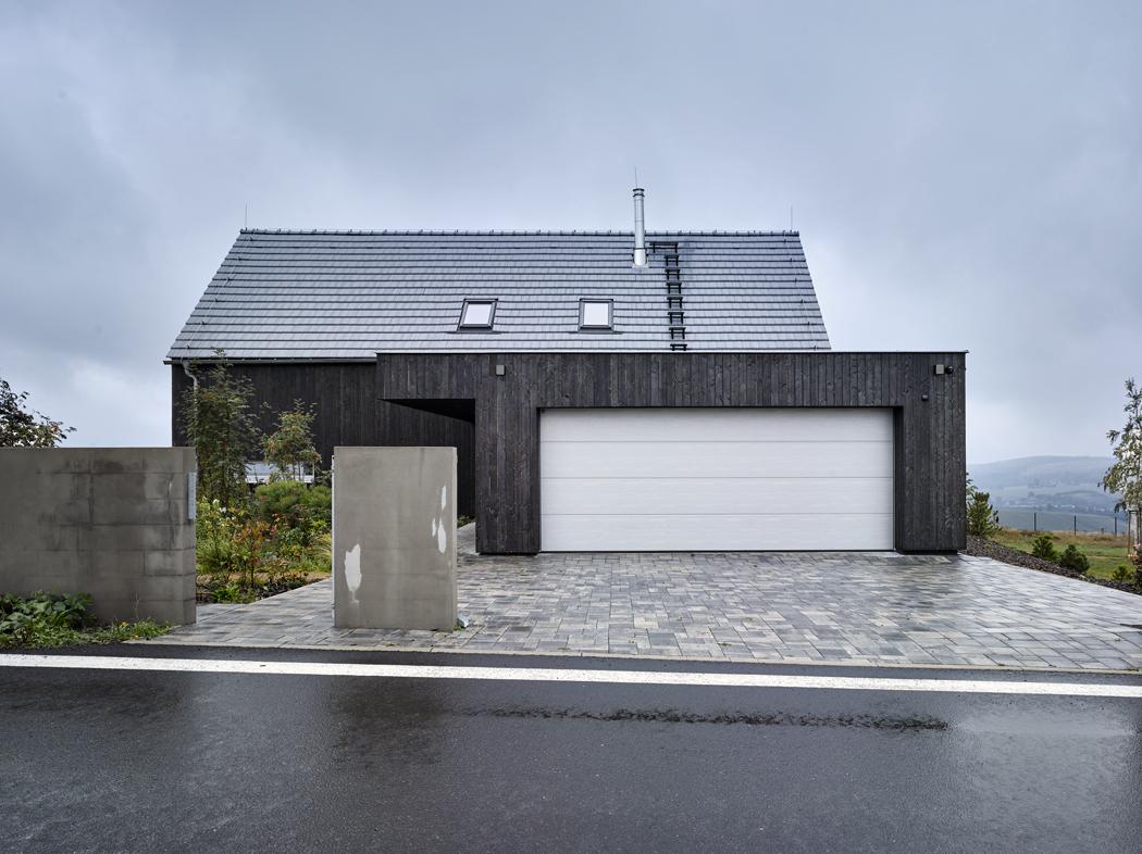 Krytí vstupu je vtěchto podmínkách nikoli nadstandardem, ale samozřejmostí. Proto je tento prvek isoučástí architektonické kompozice celé stavby.