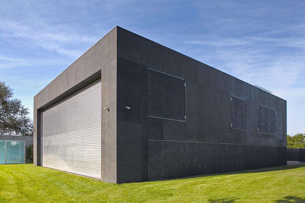 Jak se rozvíjí dům, foto 1 (Sled tří fotografií ukazuje, jak se sranním světlem dům – podobně jako květina – posouváním stěn, vytažením rolety aotevíráním okenic celý otevírá světu. Nanoc se obdobným způsobem uzavírá. Pohyblivé prvky jsou vyplněny tepelnou izolaci, takže dům je plně zabezpečený ataké dokonale tepelně izolovaný)