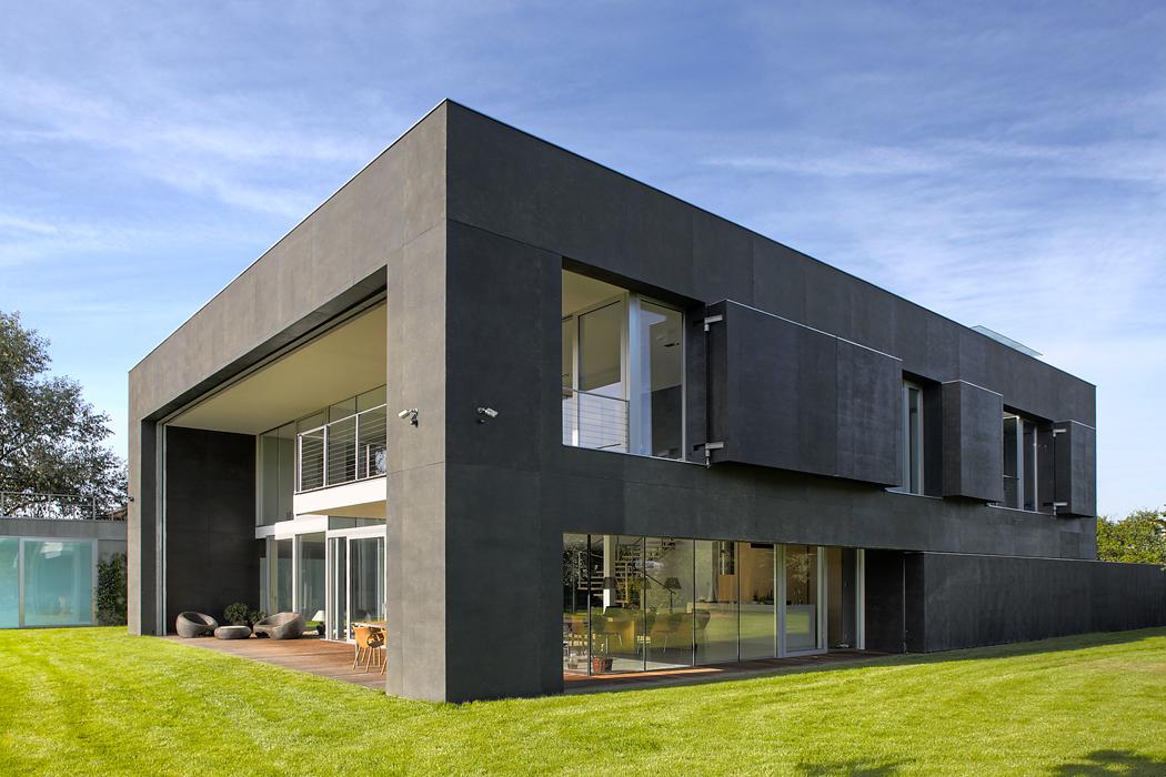Jak se rozvíjí dům, foto 3 (Sled tří fotografií ukazuje, jak se sranním světlem dům – podobně jako květina – posouváním stěn, vytažením rolety aotevíráním okenic celý otevírá světu. Nanoc se obdobným způsobem uzavírá. Pohyblivé prvky jsou vyplněny tepelnou izolaci, takže dům je plně zabezpečený ataké dokonale tepelně izolovaný)