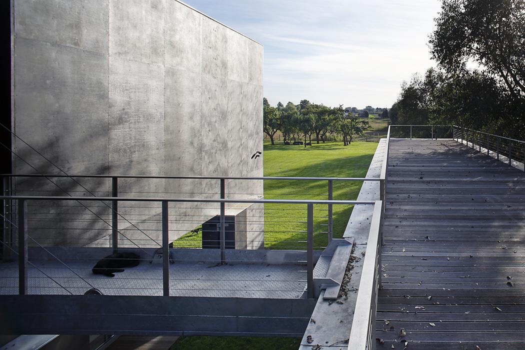 Terasa nastřeše bazénu, přístupná pouze padacím mostem, nabízí vzácnou kombinaci širokoúhlého výhledu azároveň soukromí. Oceňují ho zejména domácí mazlíčci.