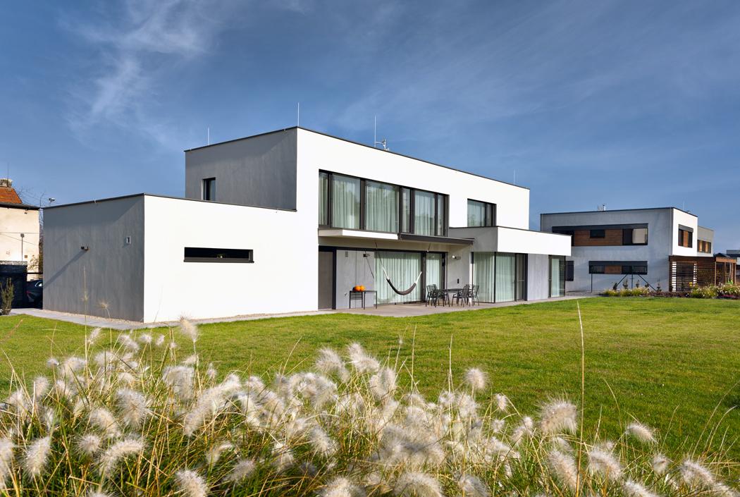 Architektura domu výborně zapadá dokontextu okolní zástavby.