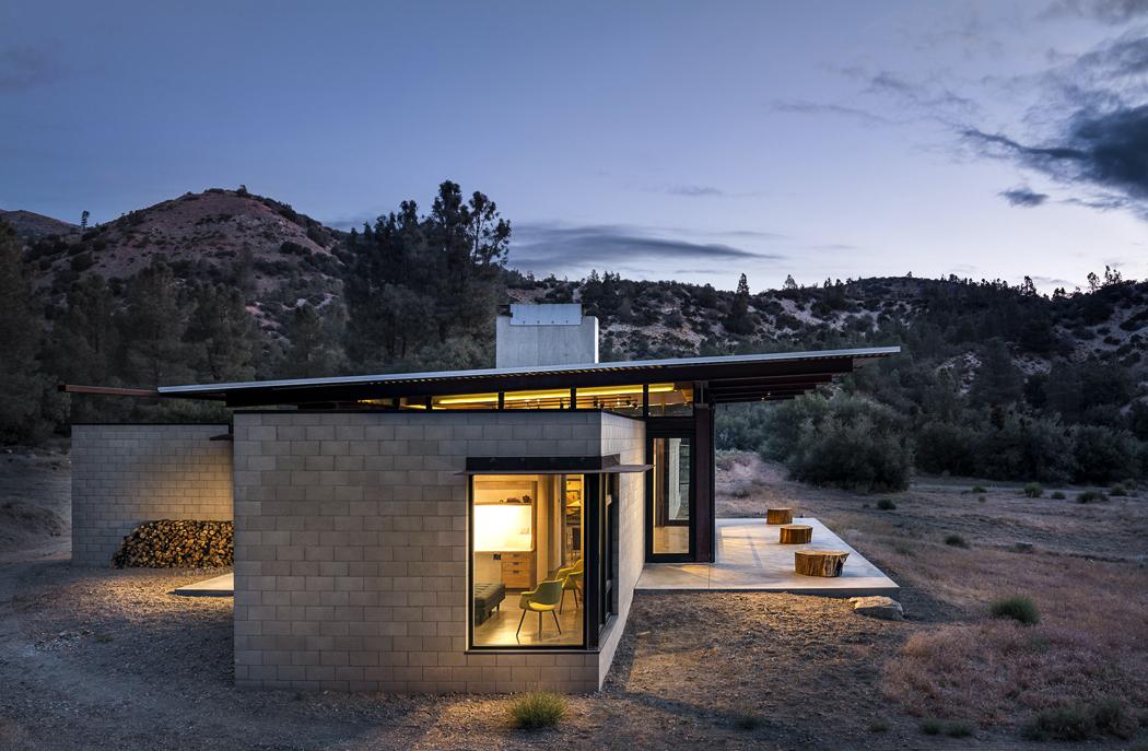 Dominantním prvkem stavby je přesahující plechová střecha. Slouží kzastínění azároveň je vjejí ploše integrován solární ohřev vody.