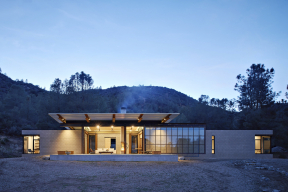 Architektonický výraz stavby určují přiznané konstrukce – neomítnuté zdivo zbetonových tvárnic, ocelové nosníky, velké kovové tabulkové okno.