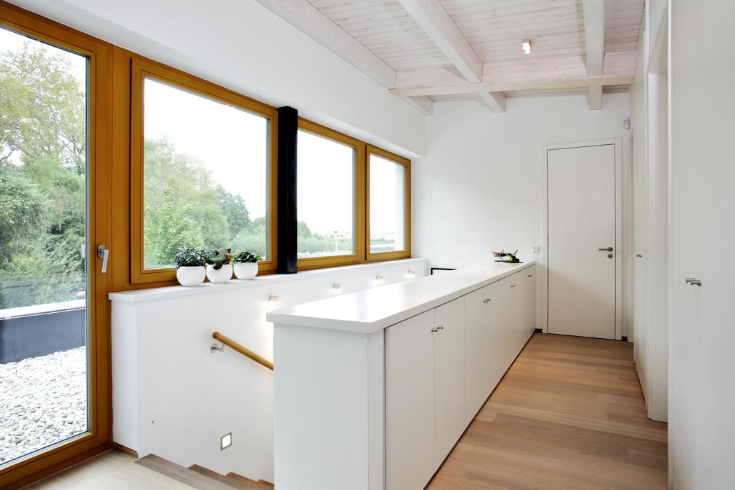 Schodiště architekti nenásilně zakomponovali doobou podlaží domu. Velmi praktická je sestava skříněk, která plní rovněž funkci zábradlí.