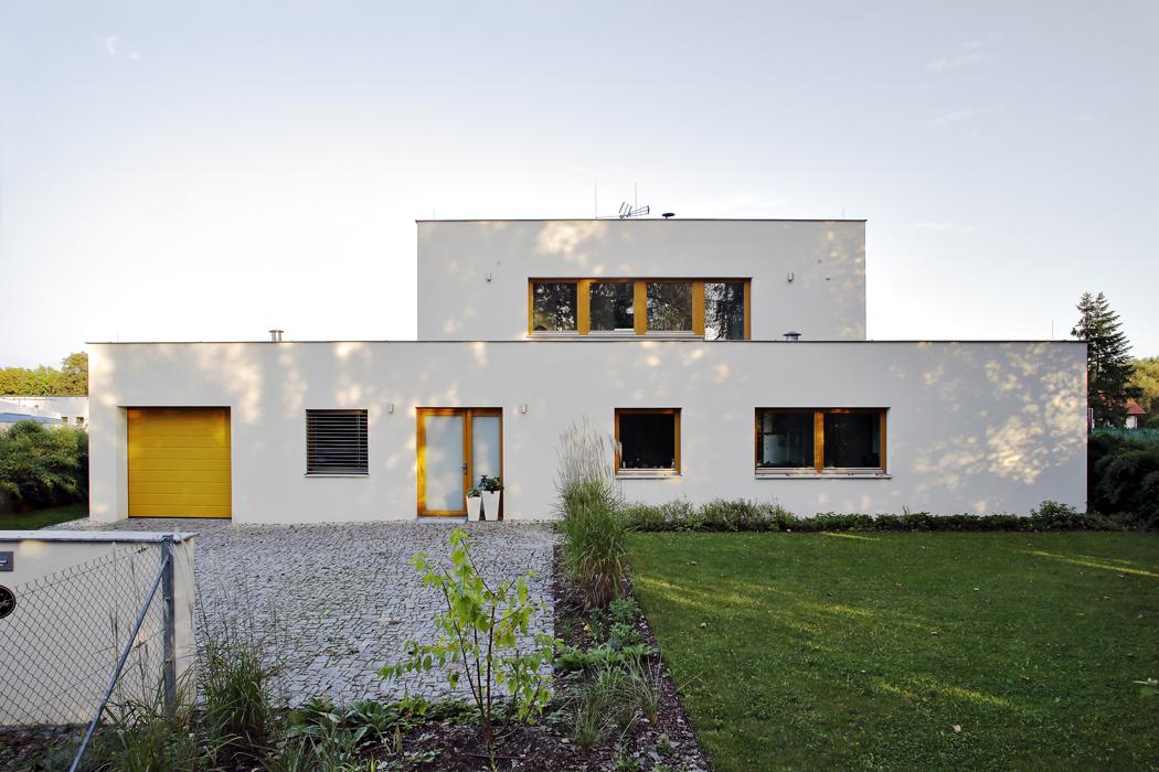Stíny kopírují nafasádu domu obrysy topolů, proměněné vabstraktní obrazce.