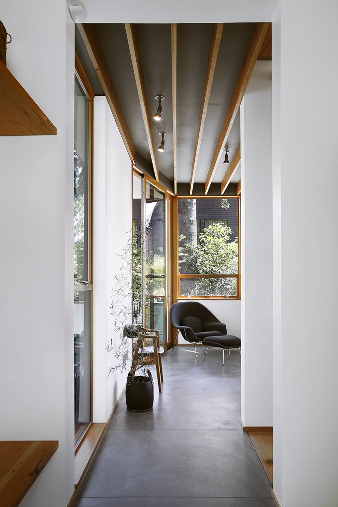 Obnažená dřevěná konstrukce domu dokresluje vevybraných místnostech interiér.