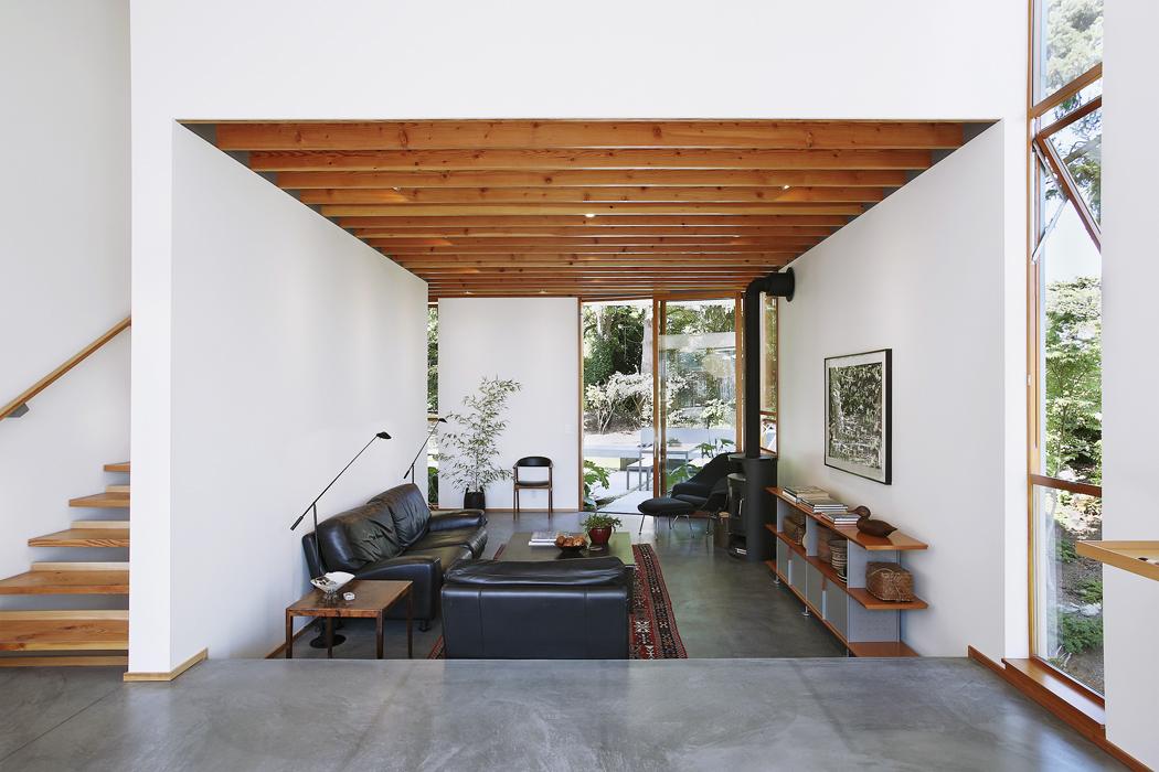 Zkuchyně můžeme přímo vstoupit doobývacího pokoje. Jeho součástí jsou černá kamna, kterými lze vzimě přitápět aušetřit tak přírodu ipeněženku.