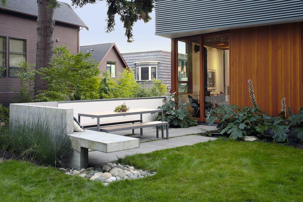 Zahradní posezení je mimo jiné tvořeno praktickou betonovou lavičkou, která je součástí stavby.