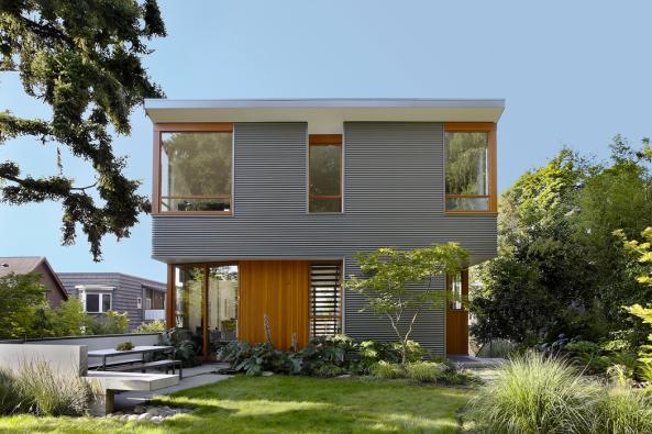 Zpozemku se dá přímo vstoupit doobývacího pokoje vprvním nadzemním podlaží. Okna pracoven vdruhém patře jsou orientována směrem dotiché zahrady, aby se majitelé mohli lépe soustředit napráci.