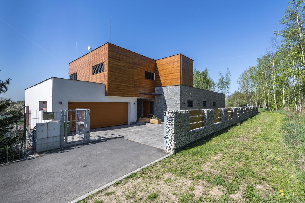 Stavba je pojata jako zděný stěnový konstrukční systém splochým zastřešením, založený nazákladových pasech (terasa napatkách). Provoz domu je rozdělen dodvou nadzemních podlaží.