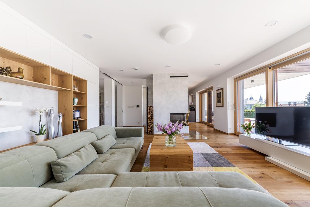 Stěna skrbovou vložkou je ošetřena stěrkou stejně jako vnitřní prostor nábytkové sestavy spolicemi.