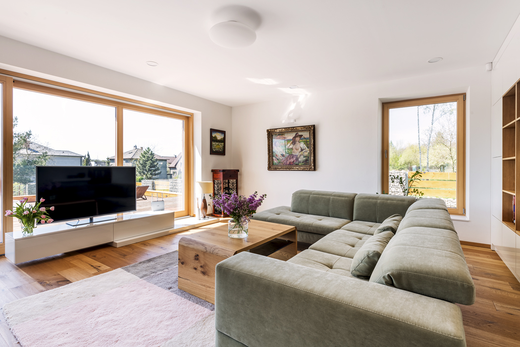 Sedací souprava čalouněná kvalitní textilií Alcantarou skvěle zapadá dobarevného konceptu interiéru. Podlahu kryje barevně jemně tónovaný kusový koberec.