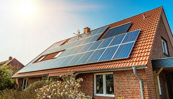 Finanční úspora, energetická soběstačnost, šetrnost k životnímu prostředí. To jsou nejčastější důvody, proč majitelé rodinných domů uvažují o pořízení solárních systémů. (Zdroj: BOHEMIA ENERGY)