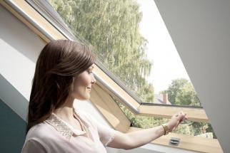 Příjemného vnitřního prostředí v podkroví se v létě dá dosáhnout i bez použití klimatizace. (Zdroj: VELUX)