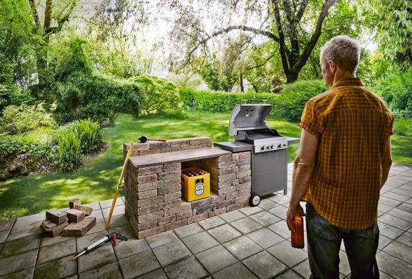 Jednoduchá venkovní kuchyně postavená zcihel, pracovní desky aplynového grilu Tenneker TG3. Gril je vyroben zoceli aje ošetřen práškovým nástřikem, cena 10990Kč (HORNBACH)