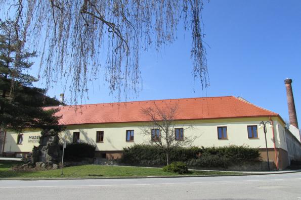 Město Hrotovice na Třebíčsku má sice méně než dva tisíce obyvatel, zato bohaté kulturní dědictví. Alespoň o tom svědčí nově otevřené muzeum, které navázalo na sbírkovou tradici z let předválečných. Souvisela především s četnými archeologickými nálezy ve zdejším mikroregionu. Pokud se nacházíte na Vysočině, přijměte pozvání Výleťáku s Bramacem do muzea v Hrotovicích! (Zdroj: Bramac)
