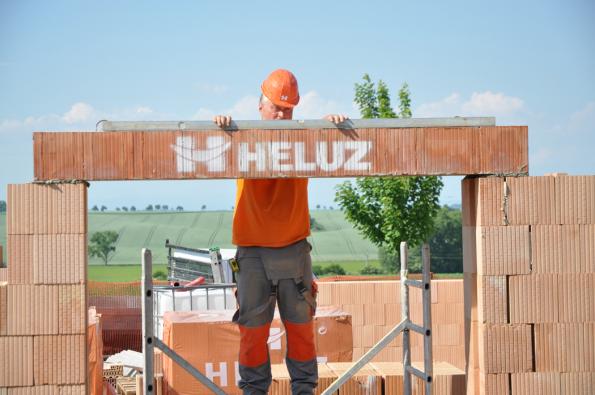 Osazení nosného žaluziového a roletového překladu HELUZ pro venkovní stínicí techniku (Zdroj: HELUZ)
