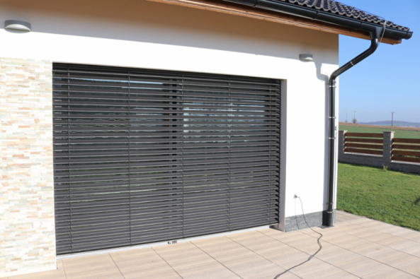 Přehřívání interiéru lze jednoduše předejít kvalitním obvodovým zdivem, izolačními skly oken a venkovním zastíněním. (Zdroj: HELUZ)
