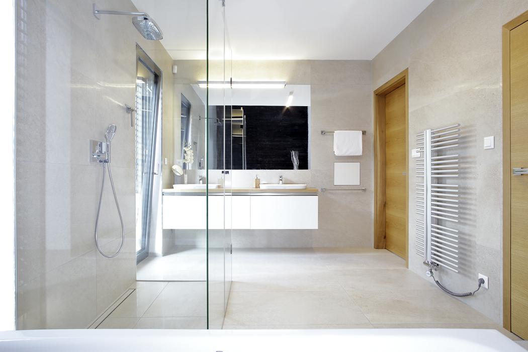 Vkoupelnách je použita dubová dýha, bíle lakované desky svysokým leskem, sklo, okrové stěrky adalší materiály jako vcelém domě.