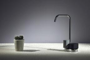 Značka Carlo Frattini získala pozornost neobvyklými kombinacemi materiálů (nafotografii leštěný černý chrom abarvený beton)