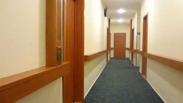 Potrubní rozvod k hadicovým vstupům vedený v podhledech a po povrchu v ozdobných dřevěných lištách (Zdroj: BEAM)