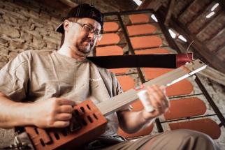 """Klinkerbox – kytaru lze vytvořit i z """"obyčejné cihly"""", tedy konkrétně z lícové cihly Klinker. (Zdroj: Wienerberger)"""