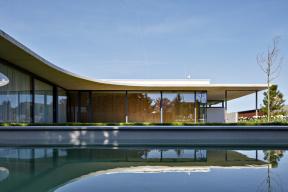 """""""Transparentní apřehledný,"""" charakterizovali svůj koncept architekti apohled zatria naprosklené fasády to jasně potvrzuje. Navstupní bránu navazuje velké kryté závětří aprosklená chodba, která vede příchozí podél ložnicové části dohlavního obývacího prostoru."""