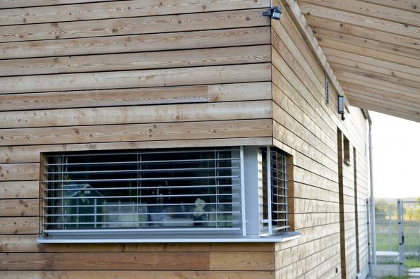 Důležitou roli vestavbě pasivních energetických parametrů hrají ivýplně stavebních otvorů – okna. Týká se to umístění vefasádě, samozřejmě irozměrů (velikosti), parametrů rámu izasklení, stínění atd.