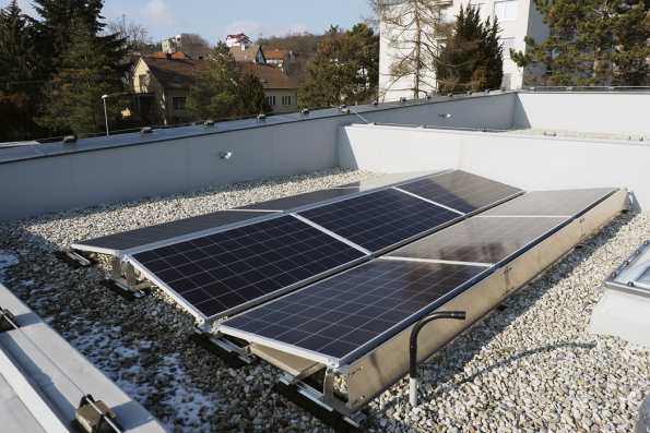 """Jeden z rodinných domů Alea vŘíčanech uBrna. Solární energie """"putuje"""" zFV panelů doměniče adoWATT routeru. Vyčerpá-li se energie zpanelů, WATT router pustí dodomu proud zdistribuční sítě (Foto: Veronika Mannová)"""