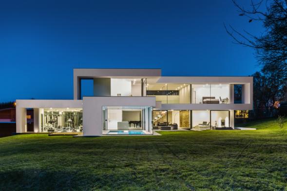 Takto transparentní dům je vnašich končinách unikátní. Díky moderním technologiím však má tepelnou ztrátu pouhých 7 kW apříjemné klima povětšinu roku ibez klimatizace... Autoři domu: Martin Kareš a Robert Rais