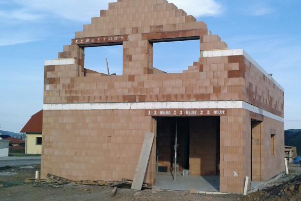Výrobci stavebních materiálů stále více vnímají požadavky stavebníků napoužití zdravotně nezávadných výrobků atechnologií anazdravé vnitřní klima vdomě. Pobezpočtu poznatků, které odhalily závadnost některých stavebních materiálů, jako byly azbestocement, chemické sloučeniny vnátěrových hmotách, formaldehyd atd., jsou dnes vevýstavbě významné jak technické aekonomické parametry výrobků, tak iekologická azdravotní hlediska.
