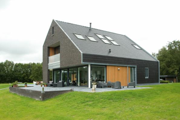 Holandsko. Během projektování budov se zvýšenou energetickou úsporností je důležitá také jejich orientace na světovou stranu. Super energeticky úsporná střešní okna FTP-V U5 namontovaná vtéto realizaci mají součinitel prostupu tepla Uw=0,97 W/m2K. (Zdroj: FAKRO)