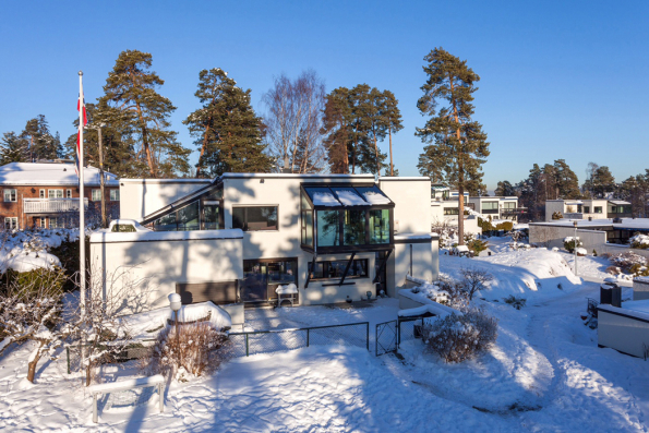 Zimní zahrada se nachází na přední straně prvního patra domu; zatížení se přenáší na základy domu prostřednictvím diagonálních podpěr (systém Schüco CMC 50 s panely SageGlass® v modré barvě ve střešní části). (Zdroj: Schüco CZ)