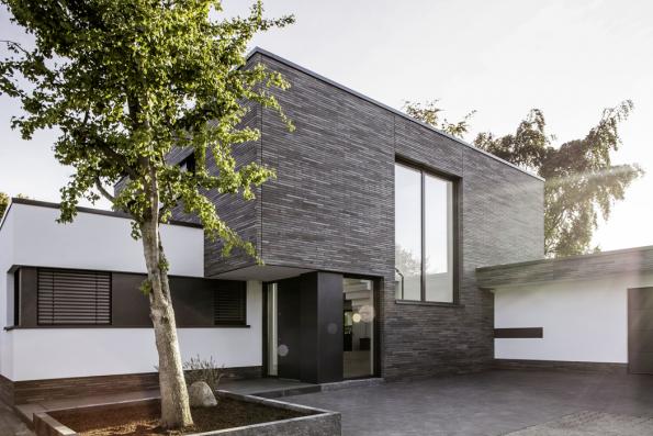 Stále platí, že nejžádanějším materiálem okenních profilů je plast. Má to své opodstatnění vpraktičnosti, snadné údržbě, odolnosti vůči slunečnímu záření a tím pádem i v živostnosti. Navíc plastová okna prodělala za poslední roky největší skok kupředu. Díky materiálům, jako je kompozitní RAU-FIPRO X, je možné navrhovat takové rozměry okenních a dveřních elementů, které atakují segment hliníkových oken, ale přitom mají navrch votázce tepelněizolačních vlastností. (Zdroj: REHAU)
