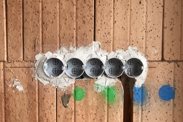 """Instalace elektro. Jedna znejméně viditelných, zato nejdůležitějších rozvodových sítí domu zajišťující """"tlukot jeho srdce"""". (Zdroj: Wienerberger)"""