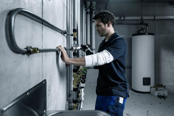 Firma REHAU vyvinula před časem systém, který eliminuje všechny neduhy plastových vodoinstalací. Základním materiálem je za vysokého tlaku a teploty zesítěný polyetylen PE-Xa, ze kterého jsou vyráběny vodovodní trubky RAUTITAN. Na rozdíl od standardního plastu jsou trubky RAUTITAN spojovány metodou násuvné objímky. Spojení se uskuteční mechanickým nasunutím plastové nebo mosazné objímky na spoj. (Zdroj: REHAU)