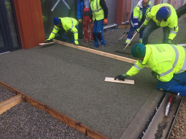 Ruční pokládka drenážního betonu ZAPA DROP (Zdroj: ZAPA beton, a.s.)