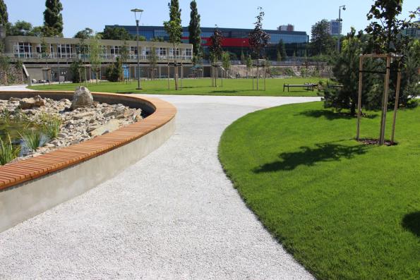Cestička z drenážního betonu ZAPA DROP, městský park Jama v Bratislavě (Zdroj: ZAPA beton, a.s.)