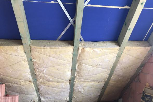 Na stavbě probíhalo doizolování střešního pláště vnitřní izolací. Izolace ze skelné vaty Unirol Profi od partnera projektu firmy Isover se instalovala mezi krokve. (Zdroj: Wienerberger)