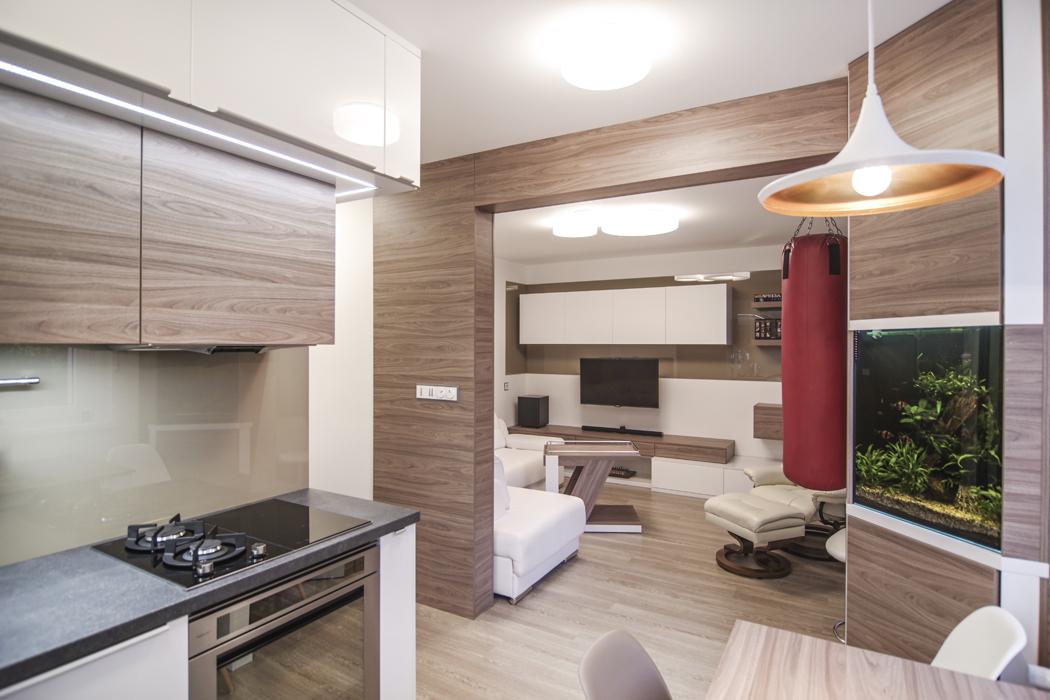 Designový a vzdušný byt v paneláku? Příležitost pro moderní materiály