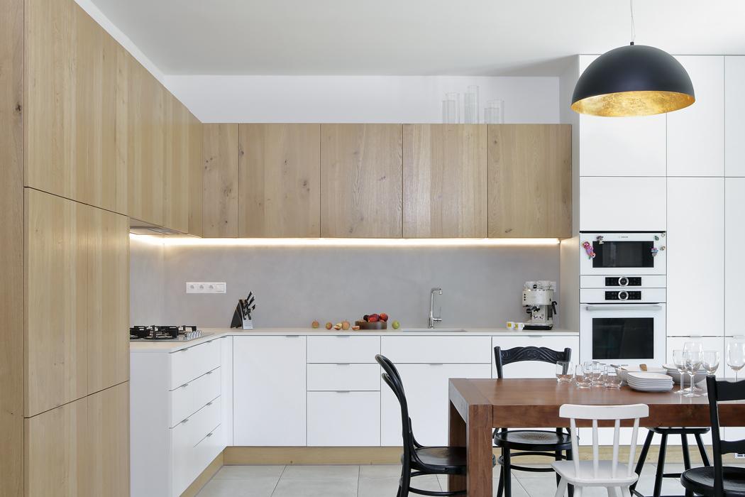 Kuchyňské skříňky vyráběl truhlář namíru (podle návrhu Sféry). Díky tomu bylo možné maximálně využít stávající prostor adokonale přizpůsobit kuchyni potřebám nové rodiny.