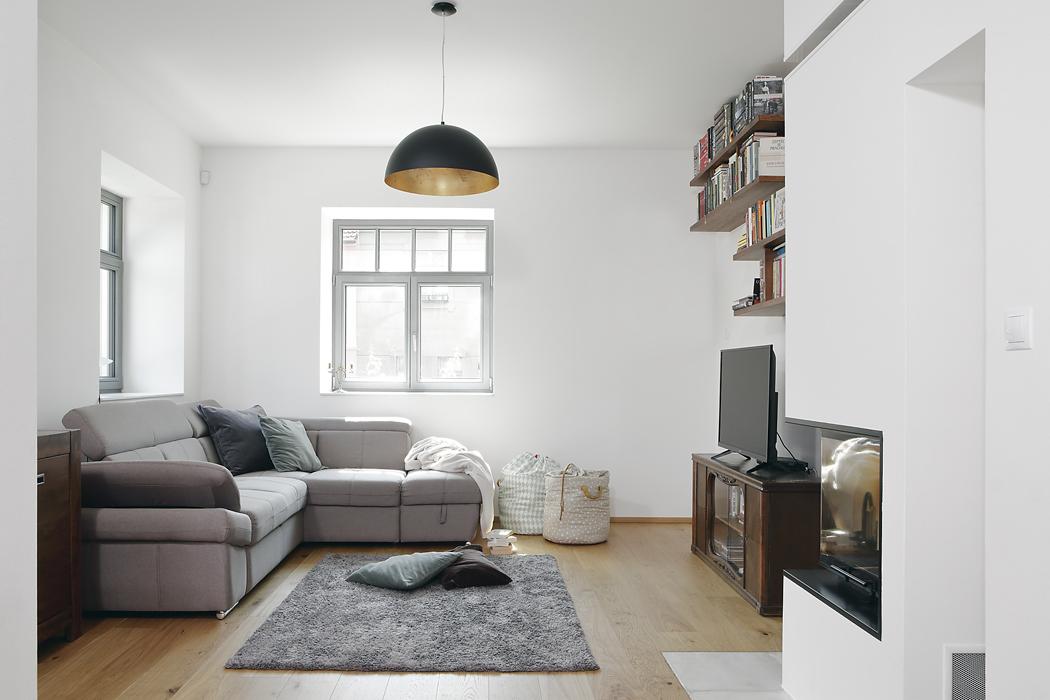 Část vybavení domu (zejména vobývacím pokoji)pochází způvodního bytu rodiny naŽižkově. Některý nábytek vyráběl truhlář namíru, kromě kuchyně například také skříně vpředsíni, ložnici akoupelně.