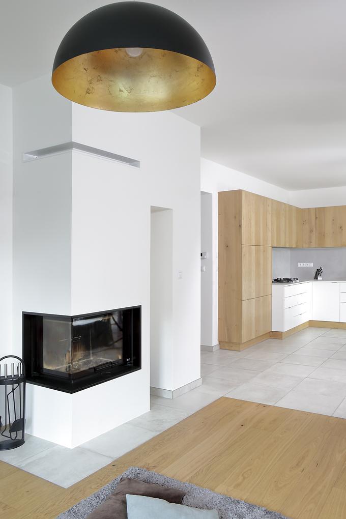 Podlahy jsou výsledkem kompromisu mezi přáním manželů. Částečně je tvoří dubové třívrstvé lamely celoplošně lepené ačástečně jsou zkeramických dlaždic, které si majitelé dovezli zItálie.